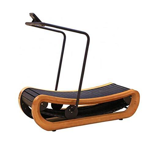 Nicht motorisiertes, gebogenes Laufband aus Holz.