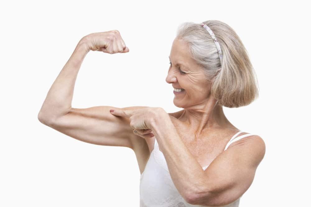 Frau die mit Schwimmen Muskeln aufbaut